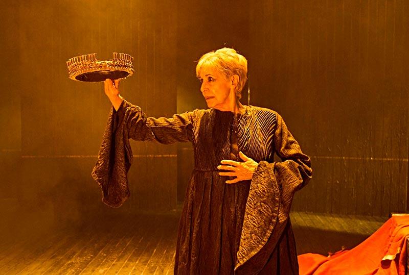 Concha Velasco en el papel de la reina Juana.