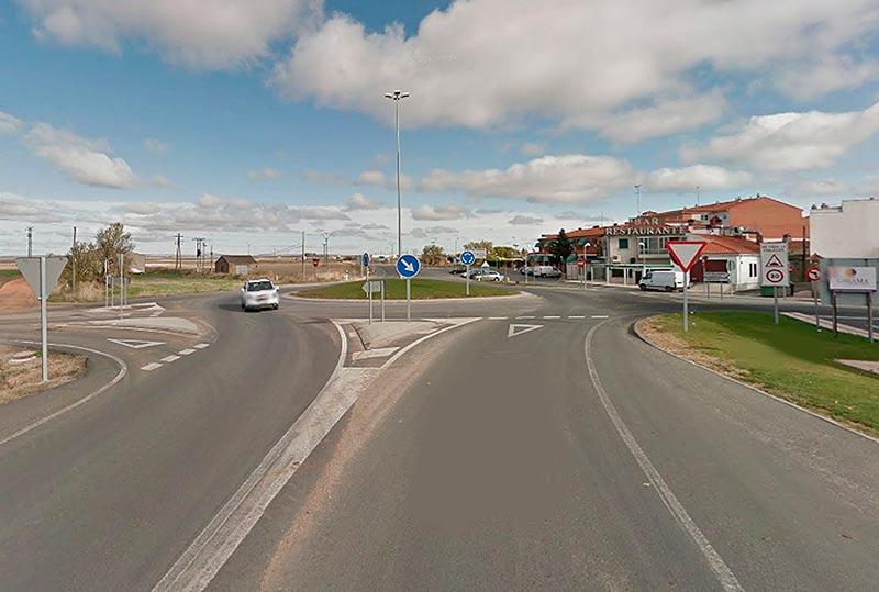 La rotonda de acceso a Castellanos de Moriscos, en la N-620.