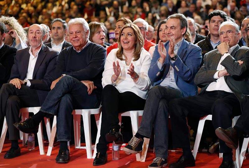 Susana Díaz entre los históricos del PSOE. La viva imagen de la renovación.