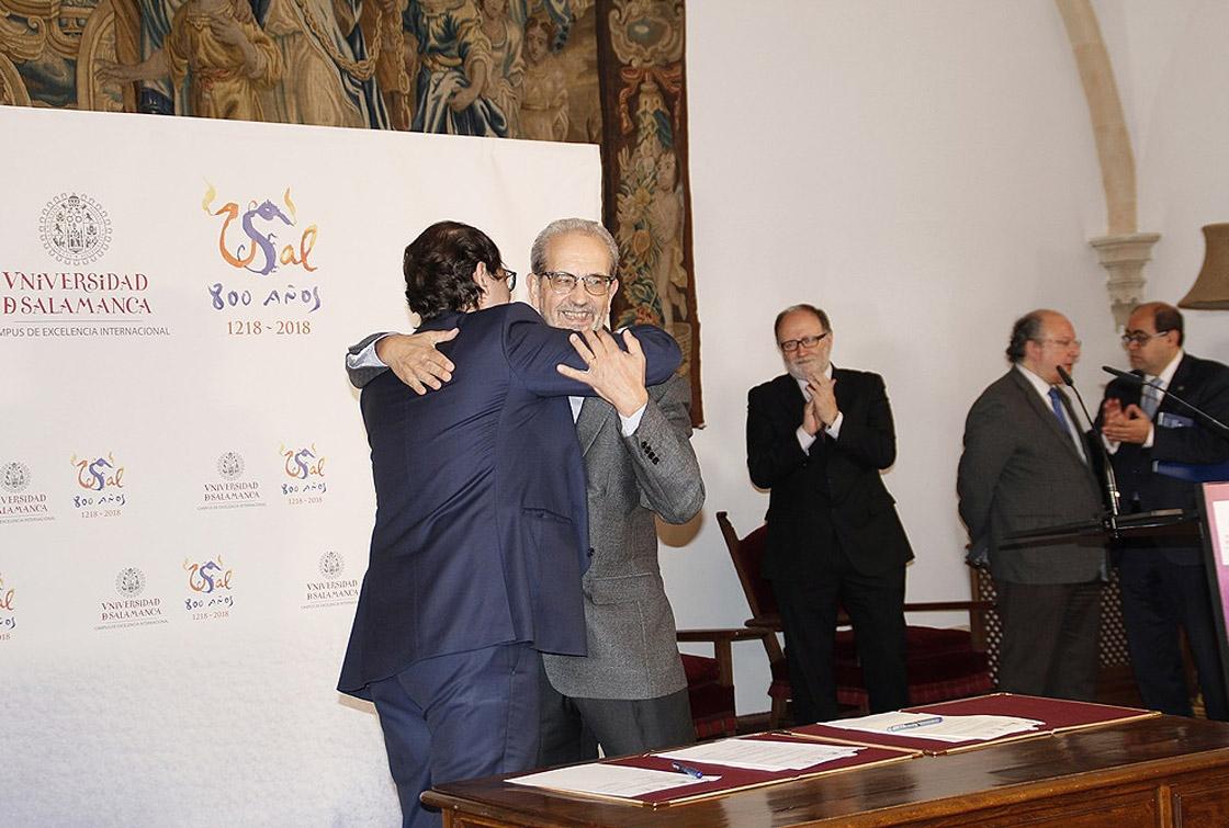 El alcalde y el rector se abrazan tras firmar el convenio.