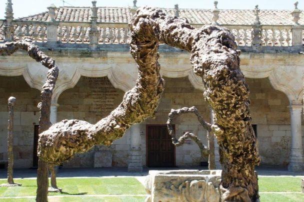 Las cerillas derretidas de Mikel Barceló en el Patio de Escuelas Menores. Exposición del artista que se pudo ver en el VIII Centenario de la Usal.