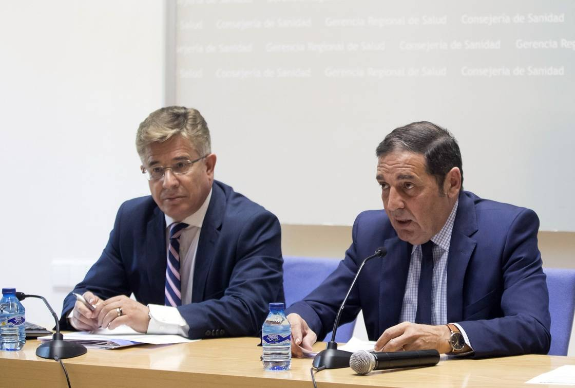 El consejero de Sanidad, Antonio Sáez Aguado (d.) y el gerente regional de Saud, Rafael López.