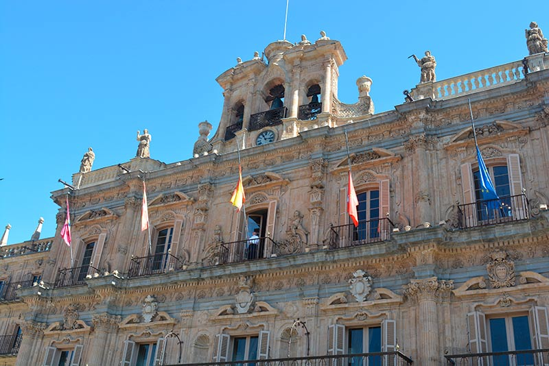 Ayuntamiento banderas a media asta.