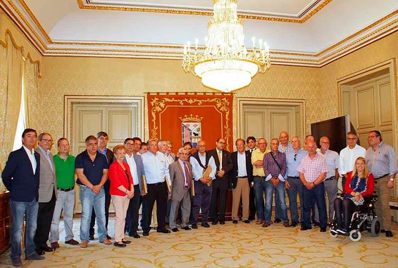 Concejales y exfuncionarios, en la foto de grupo.