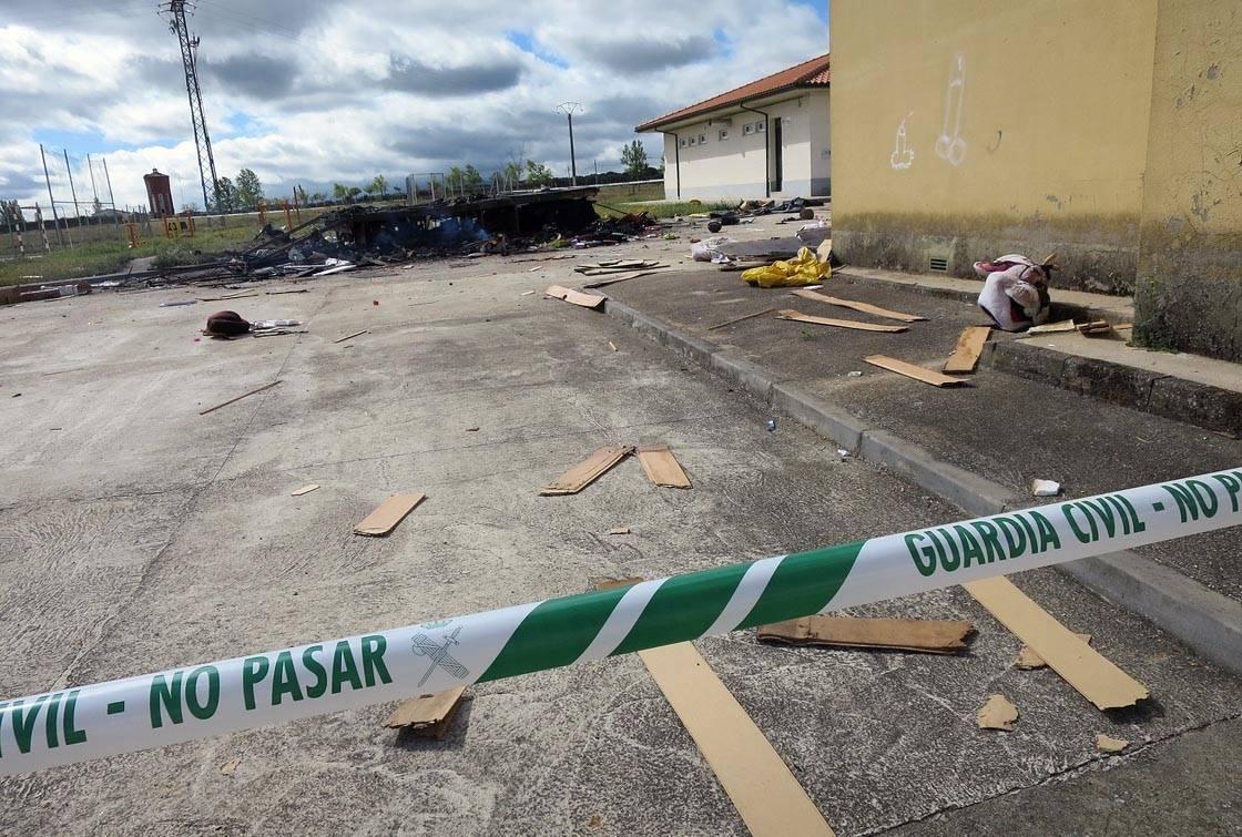 El cordón policial alrededor de los restos de la explosión del remolque.