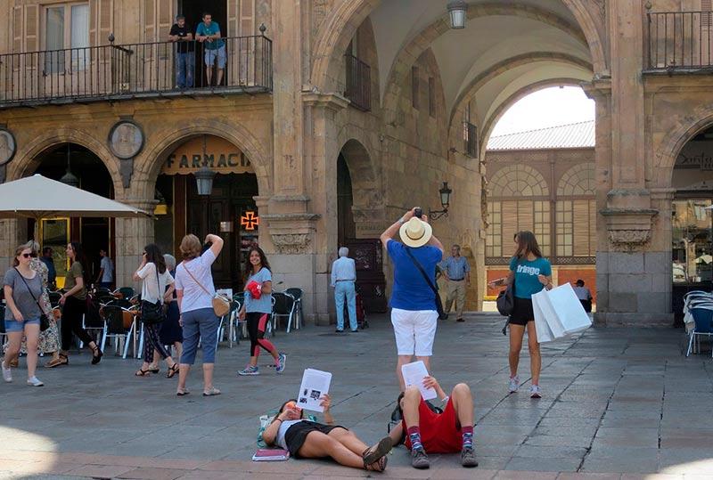 Turstas a la sombra, en junio de este año, en la Plaza Myor.