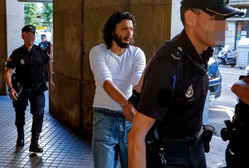 La Policía lleva al acusado ante el tribunal que lo juzgó en la Audiencia Provincial.