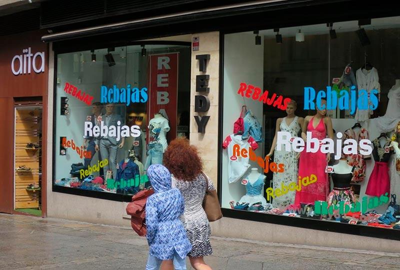 Una tienda de la calle Toro a tope con las rebajas de verano.