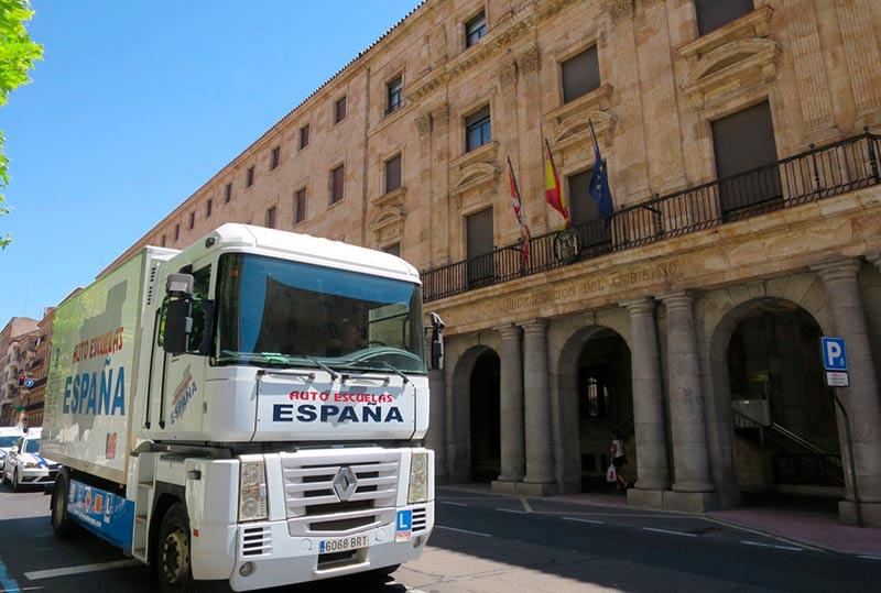 Un camión pasa ante la Subdelegación del Gobierno.