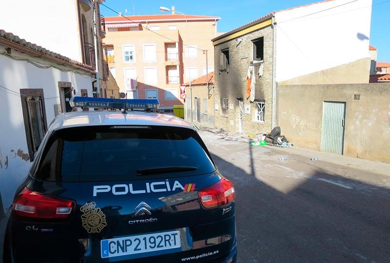 Una patrulla de la Policía Nacional apostada junto a la casa.