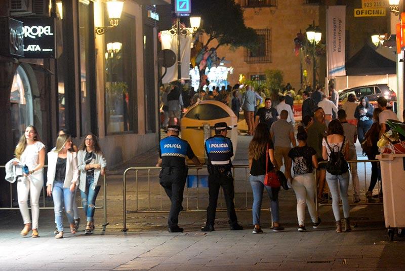 ferias seguridad La Policía Local en los accesos a la Plaza Mayor durante los conciertos.