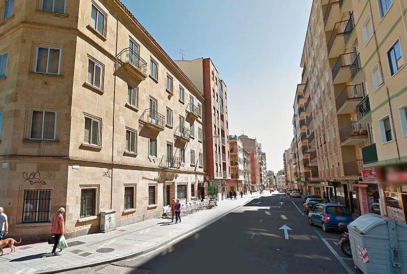 La calle Alfonso de Castro, desde la confluencia con Alonso de Ojeda hacia la avenida de Portugal.