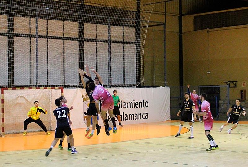 Un lance del partido disputado en el pabellón Río Tormes.