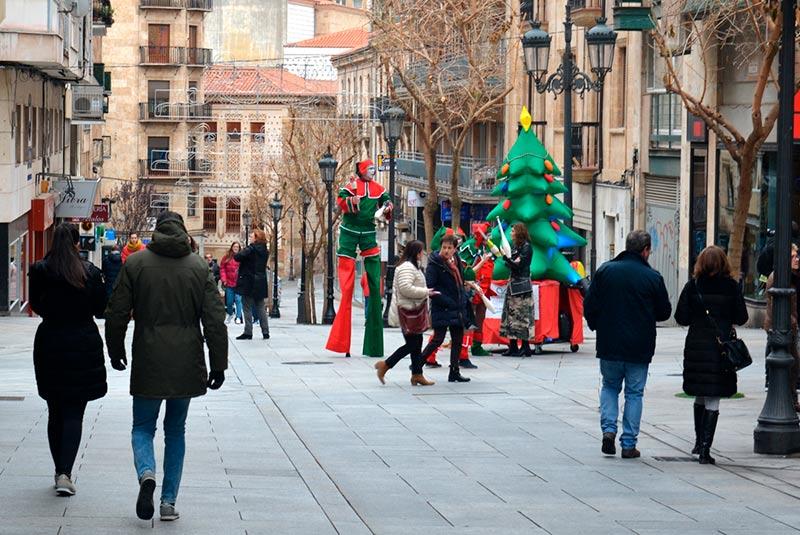 Los Duendes de la Navidad recorren el centro para incentivar el comercio y entretener a las familias.