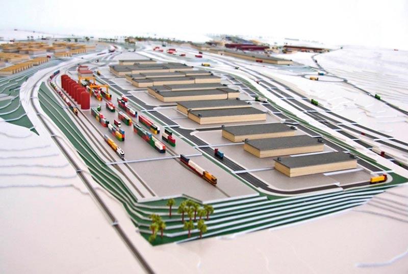 maqueta del proyecto de puerto seco izda y poligonp industrial, al lado