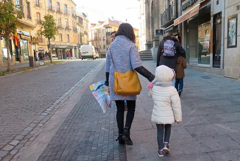 Turistas con mapas en la mano visitan Salamanca.