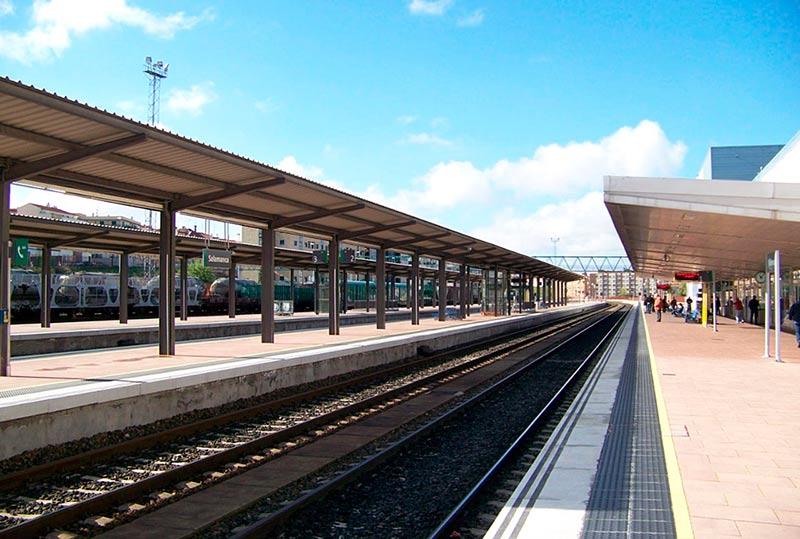 El andén principal de la estación de Renfe en Salamanca.