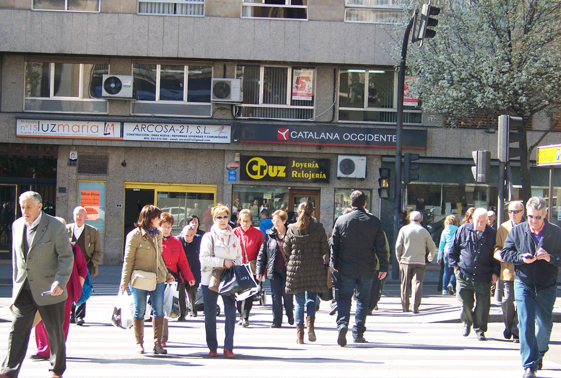 gente cruzando semaforo