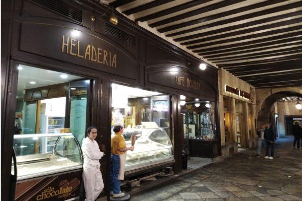 El Café Novelty lleva abierto en la Plaza Mayor desde 1905.