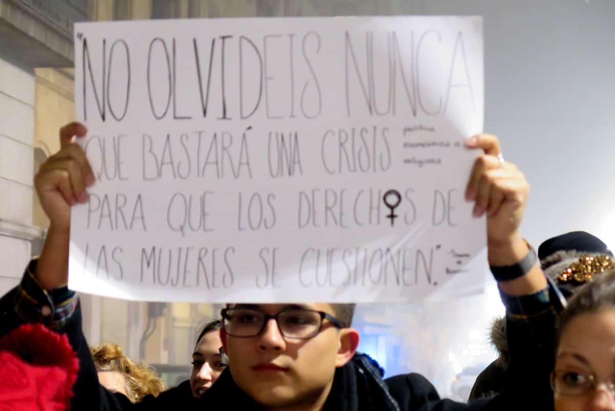 Alrededor de 400 personas se concentraron en la plaza de la Constitución para defender la Ley de Violencia de Género y los derechos de las mujeres.