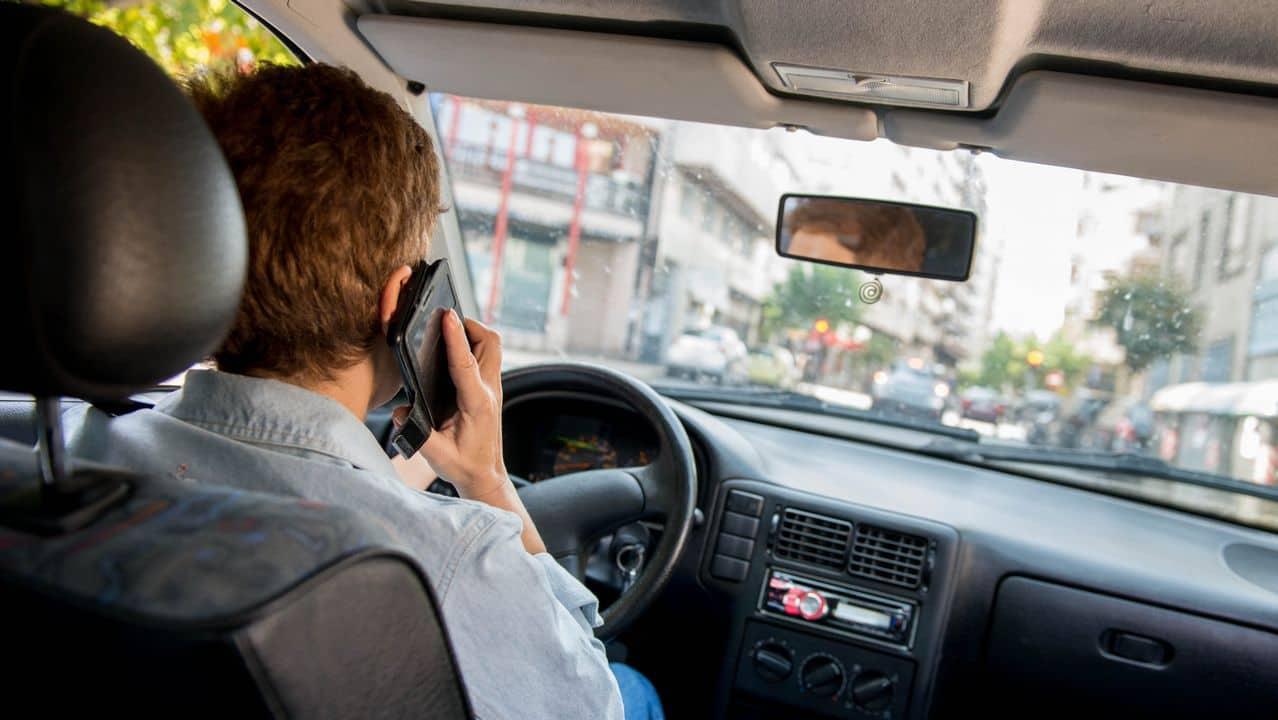 Conducir con el móvil supondrá la pérdida de seis puntos en el carné.