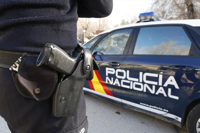policia-nacional-y-coche-patrulla