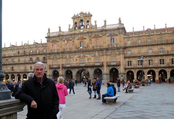 jesus-malaga-en-la-plaza-mayor-con-el-ayuntamiento-al-fondo-donde-ejercio-como-alcalde-durante-12-anos.-592x405