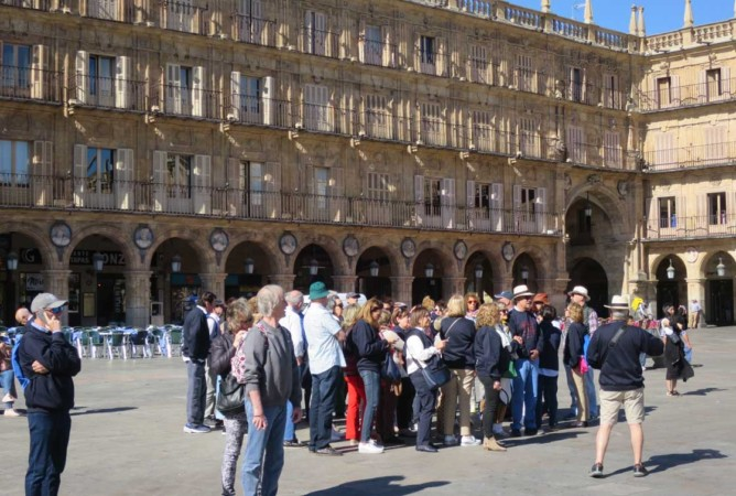 turistas mayores plaza mayor