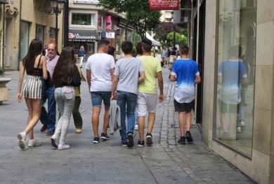 Adolescentes, preadolescentes, jóvenes en la calle, chicos, chicas, calle. (12)