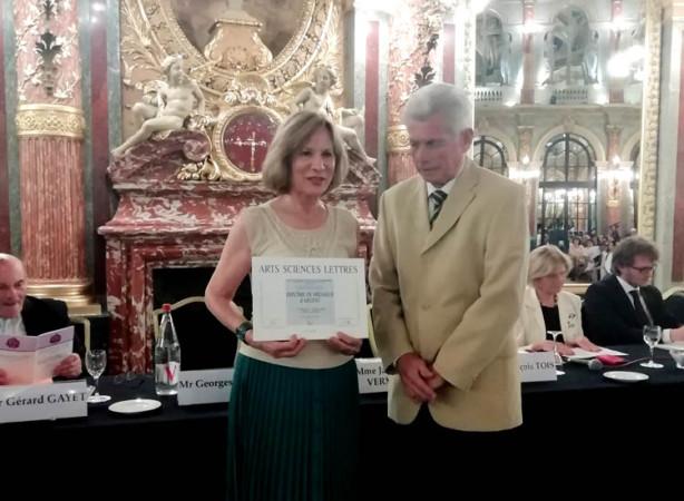 Consuelo Hernández, pintora afincada en Salamanca, recibe un premio en París.