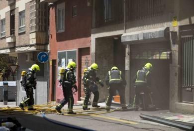 Los bomberos trabajan en el garaje donde se produjo la explosión