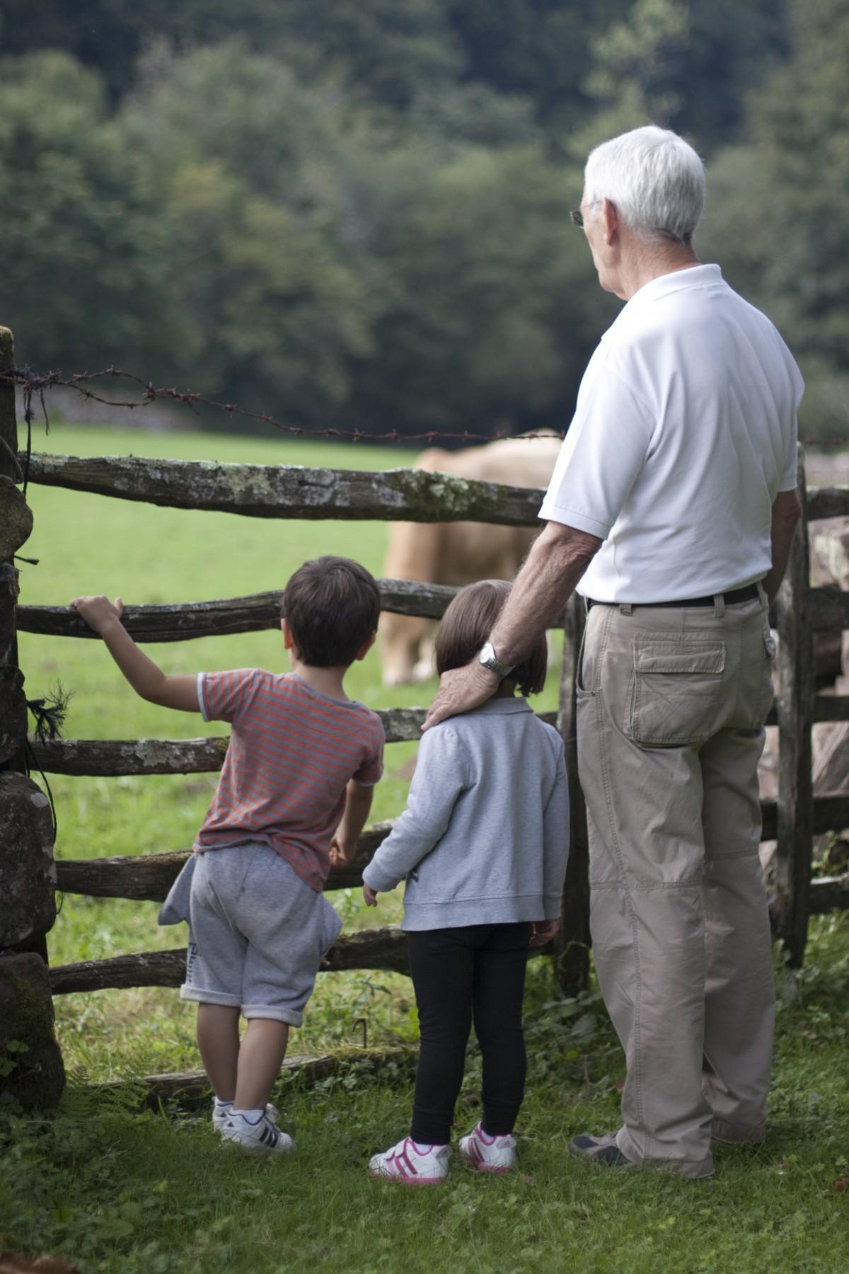 Abuelo y nietos. Foto. Ppxhere.com.