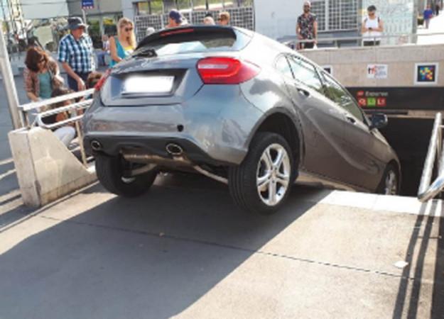 Conductora confunde entrada al metro de Barcelona con un estacionamiento