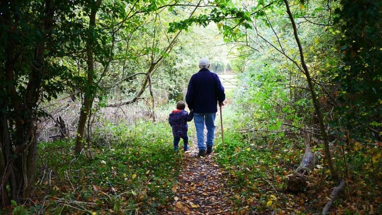 Un abuelo paseando con su nieto. Foto. Pixabay.