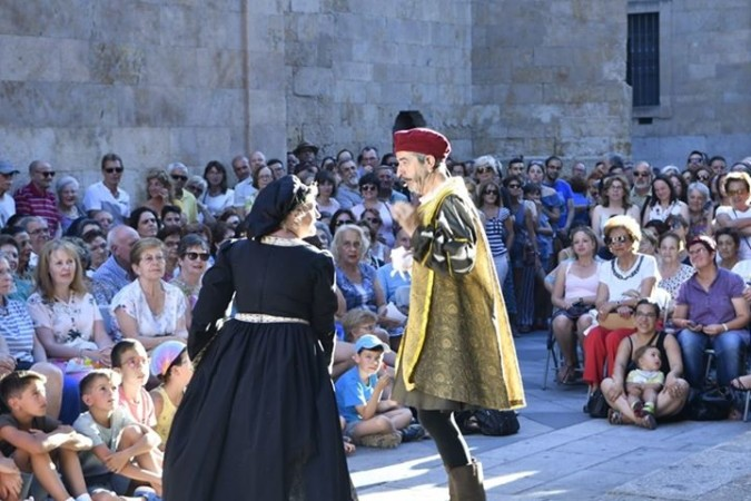 Esfinge Teatro representa en la Plaza de San Benito 'Los medallones de nuestra plaza'. Salamanca