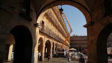 Grúa cambio de bombillas en la Plaza Mayor Salamanca