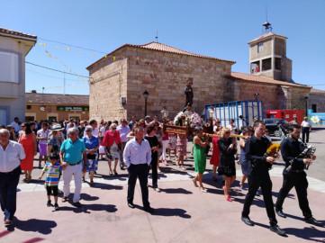 Los vecinos de Valdelosa procesionan a San Roque.