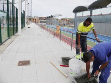 Instalada la barandilla perimetral de la pista de atletismo de Carbajosa de la Sagrada.
