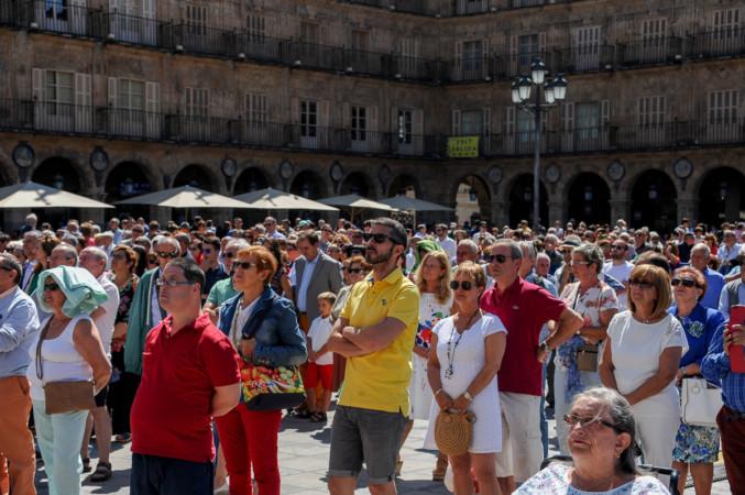 Los salmantinos en la Plaza Mayor escuchando el pregón por las Ferias y Fiestas.