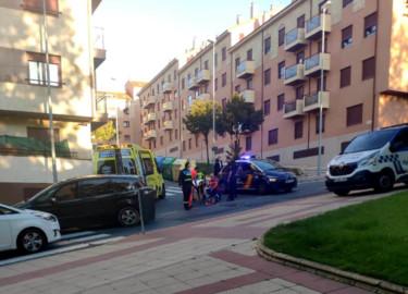 El ciclista es atendido por los sanitarios en una calle de Salamanca