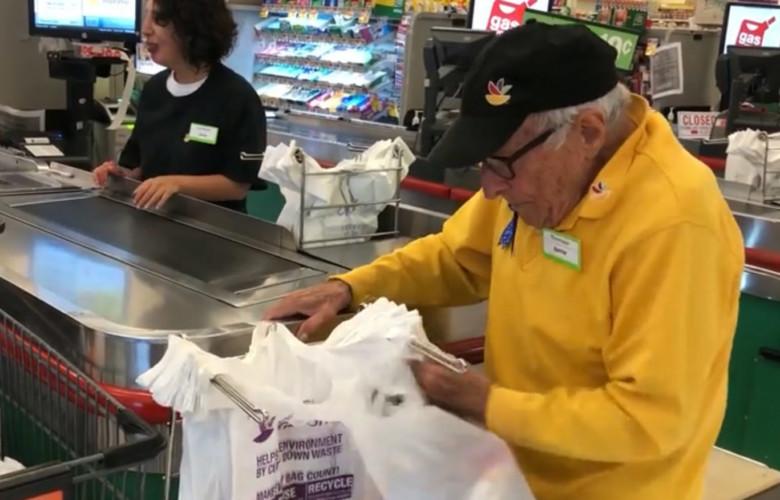 Bartholomeo Bennie Ficeto, el trabajador más viejo del mundo.