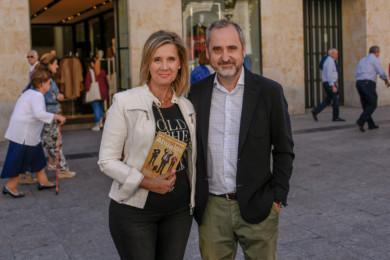 Ana Isabel Virtudes y Fernando Lallana, autores de de 'Nunca es tarde para emprender. Abuelos'.