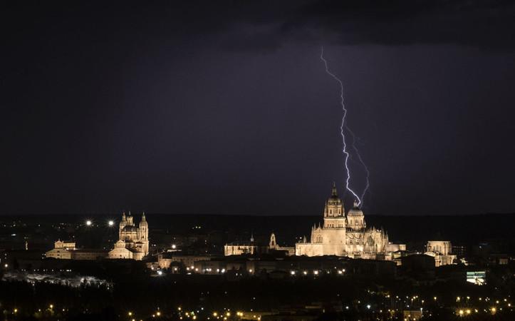 David Arranz / ICAL Una tormenta descarga sobre Salamanca chubascos y numerosos rayos