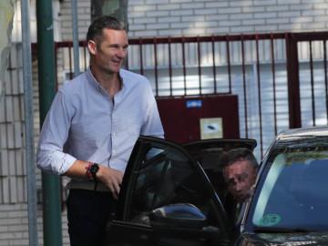 Iñaki Urdangarín llega en coche oficial al centro geriátrico de Madrid.