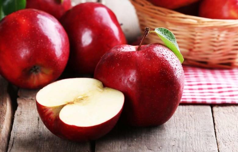 La manzana es uno de los alimentos que ayuda a prevenir las caries.
