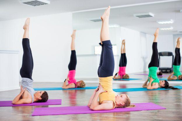 postura-de-la-vela-yoga-624x416
