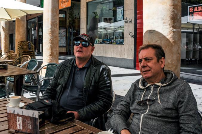 Santiago Urrialde y Vicente Renovell disfrutan del café salmantino