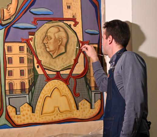 El restaurador, Miguel García, trabajando en el mural que decora el Salón de Plenos del Ayuntamiento de Salamanca.