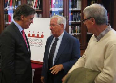 Carlos García Carbayo, Fernándo Jáuregui y Jesús Málaga, momentos previos a la presentación del libro, 'Los abogados que cabiaron España'.