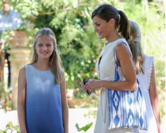 El bolso de bolsasfq.com que lució la reina Letizia este verano.